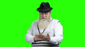 Homem superior com barba usando o dispositivo pl?stico transparente video estoque