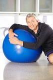Homem superior com a bola do gym que faz o treinamento traseiro Imagens de Stock