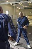Homem superior com a faixa do estiramento do exercício Imagens de Stock