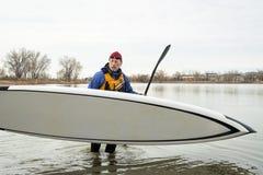 Homem superior com levantar-se o paddleboard foto de stock