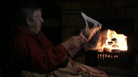 Homem superior com o jornal que senta-se na chaminé video estoque