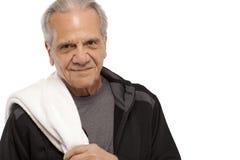 Homem superior com a toalha durante o exercício Fotografia de Stock