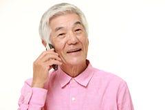 Homem superior com um telefone esperto Fotografia de Stock Royalty Free