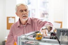 Homem superior considerável que corre a impressora 3D Fotos de Stock Royalty Free