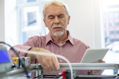 Homem superior considerável que pratica em correr a impressora 3D Imagem de Stock Royalty Free
