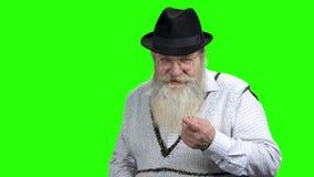 Homem superior desagradado que fala a algu?m na tela verde filme