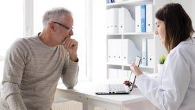 Homem superior e doutor com o PC da tabuleta no hospital 70 video estoque