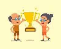 Homem superior e mulher dos desenhos animados que guardam o troféu Fotografia de Stock Royalty Free