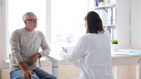 Homem superior e reunião do doutor no hospital 33 video estoque