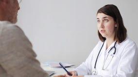 Homem superior e reunião do doutor no hospital 53 filme