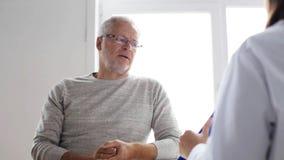 Homem superior e reunião do doutor no hospital 48 video estoque