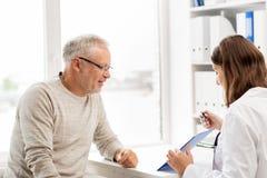 Homem superior e reunião do doutor no hospital Foto de Stock