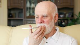 Homem superior em casa que usa o telefone celular Professor que fala no móbil Vida moderna ativa após a aposentadoria vídeos de arquivo