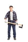 Homem superior em uma camisa quadriculado azul que guarda um machado Foto de Stock