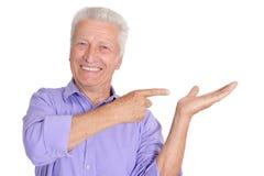 Homem superior feliz em gestos da camisa fotografia de stock