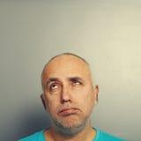 Homem superior furado que olha acima Fotos de Stock