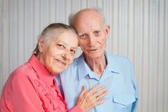 Homem superior, mulher com seu cuidador em casa. imagem de stock royalty free