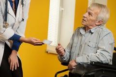 Homem superior na cadeira de rodas Imagens de Stock