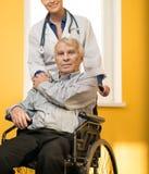 Homem superior na cadeira de rodas Fotografia de Stock
