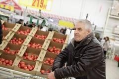 Homem superior na loja vegetal Foto de Stock Royalty Free