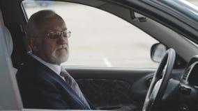Homem superior no carro Homem de negócios que senta-se no automóvel vídeos de arquivo