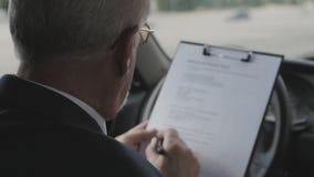 Homem superior no carro Homem de negócios que senta-se no automóvel video estoque