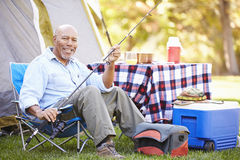 Homem superior no feriado de acampamento com vara de pesca Fotos de Stock