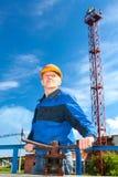 Homem superior no uniforme de trabalho com porta da válvula Fotos de Stock Royalty Free