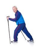 Homem superior que anda com caminhada de polos Imagem de Stock