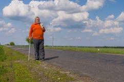 Homem superior que anda na estrada secundária Foto de Stock