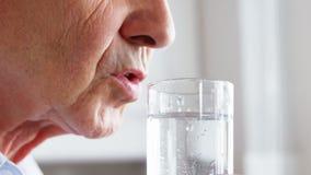 Homem superior que bebe um vidro de água video estoque
