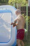 Homem superior que está sendo molhado Fotografia de Stock Royalty Free