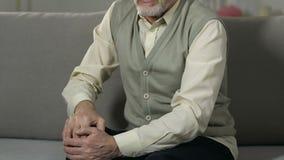 Homem superior que faz massagens o joelho, inflamações das junções, doença reumático, saúde vídeos de arquivo
