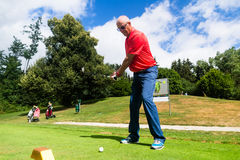 Homem superior que faz o curso do T no campo de golfe Foto de Stock Royalty Free