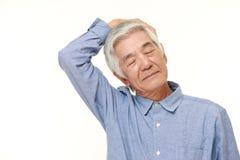 Homem superior que faz o estiramento do pescoço do auto Fotografia de Stock Royalty Free