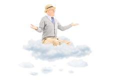 Homem superior que gesticula com as mãos assentadas em uma nuvem Fotografia de Stock