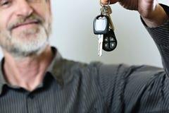 Homem superior que guarda a chave do carro Imagem de Stock