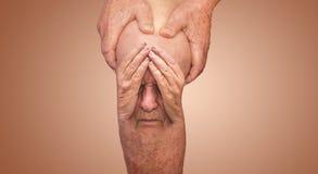 Homem superior que guarda o joelho com dor collage Conceito da dor e do desespero abstratos imagens de stock royalty free