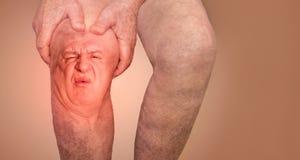 Homem superior que guarda o joelho com dor collage Conceito da dor e do desespero abstratos imagem de stock royalty free