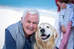 Homem superior que levanta com seu cão foto de stock royalty free