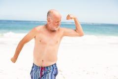 Homem superior que levanta com seus músculos foto de stock