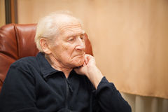 Homem superior que pensa sobre sua vida Foto de Stock Royalty Free