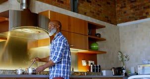Homem superior que prepara o vegetal na cozinha 4k video estoque