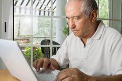 Homem superior que procura a informação Imagens de Stock Royalty Free