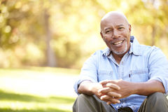 Homem superior que relaxa em Autumn Landscape Fotos de Stock Royalty Free