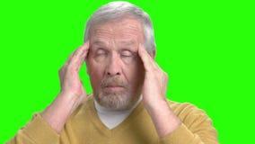 Homem superior que sofre da enxaqueca, tela verde vídeos de arquivo