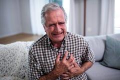 Homem superior que sofre do cardíaco de ataque imagem de stock