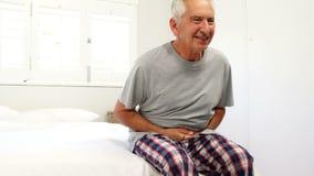Homem superior que sofre em sua cama filme