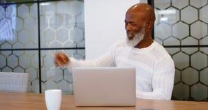 Homem superior que usa a tabuleta digital na sala de conferências 4k video estoque