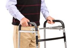 Homem superior que usa um caminhante Imagem de Stock